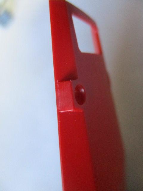 ガンプラのパーツのゲート跡をデザインナイフでカンナ掛けした画像