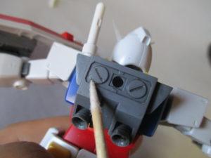 普通の綿棒で拭き取れない所を細い綿棒で拭き取っている画像