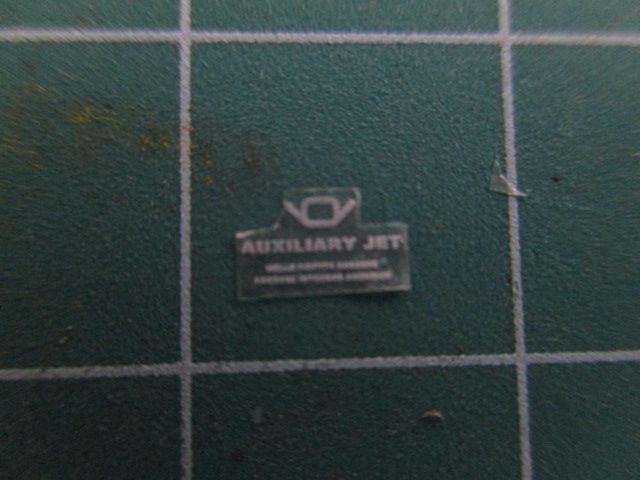 ガンダムシールの余白をカッターでカットした画像