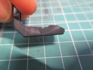 パーツの白化したゲート跡を爪で擦る前の画像