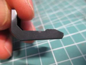 パーツの白化したゲート跡を爪で擦った後の画像