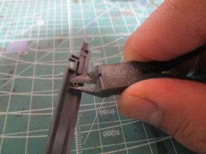 パーツのダボをニッパーでカットしている画像
