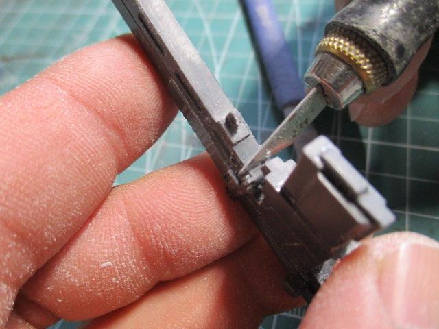 パーツの合わせ目をデザインナイフでカンナ掛けしている画像