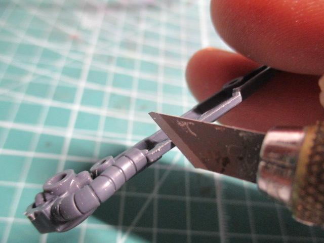 モールド化する部分をデザインナイフでカンナ掛けしている画像