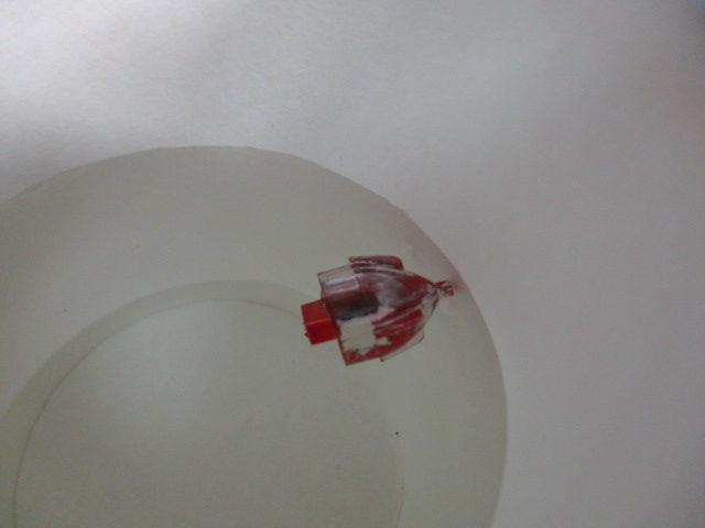 塩素系漂白剤にメッキパーツを漬けている画像2