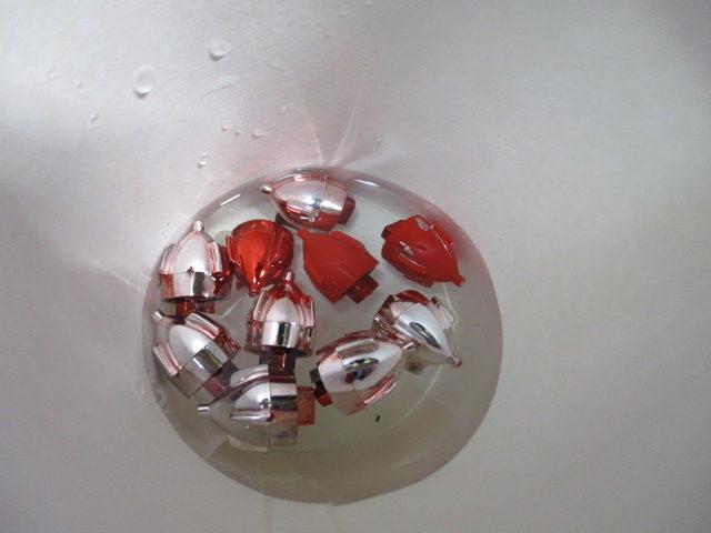 塩素系漂白剤にメッキパーツを漬けている画像4