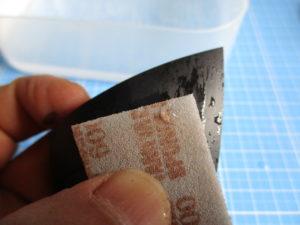 水を付けたスポンジヤスリで水研ぎしている画像1