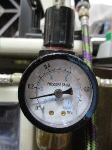 コンプレッサーに付いているエアーレギュレーターの画像