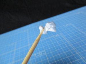 竹串でパーツを刺して固定している画像