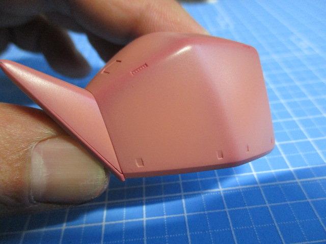 ゲルググの肩パーツにシャアピンクをエアブラシでグラデーション塗装している画像3