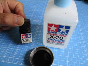 タミヤのエナメル塗料とエナメル溶剤の画像