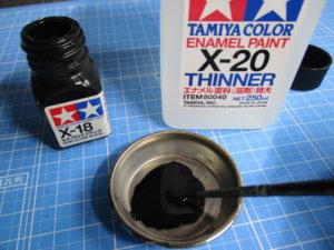 エナメル塗料と溶剤を混ぜ合わせた画像