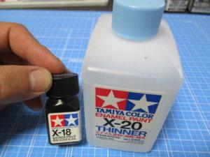 タミヤのエナメル塗料とエネメル溶剤の画像