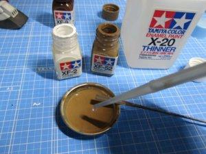 エナメル塗料と溶剤を調合している画像