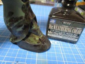 ウェザリングカラーのグランドブラウンを足元から塗っている画像2