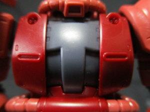 1/144HGザクⅡ赤い彗星Ver胸のパーツの曲がり具合比較画像2