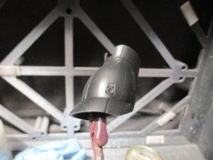 1/144シャアザクのスネパーツをクリップに挟んでサーフェイサーを塗った画像