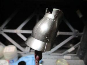 1/144シャアザクのスネパーツをクリップに挟んでシルバーを塗った画像