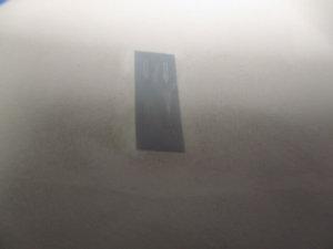 水から取り上げた水転写デカールをティッシュの上に置いて余分な水を取っている所