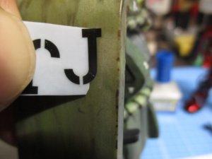 水転写デカールをスライドして貼っている所