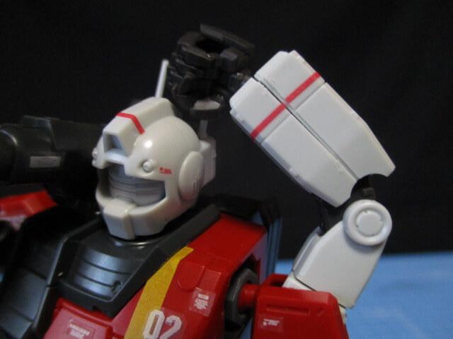 プレバン限定1/144HGジムキャノンが左腕で頭のアンテナを掴んでいる画像